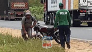 Foto de Motociclista sofre queda após deslizar em óleo na BR-364 e por muito pouco não é atropelado por carreta
