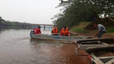 Photo of Barco afunda no rio Machado em Cacoal, com 4 pessoas abordo