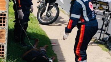 Photo of Nua e com marcas pelo corpo, mulher sai de mata e desmaia às margens da rua em Manaus