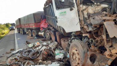 Foto de BR-364 – Após acidente sem vítima, carreta tomba, trânsito fica parado e acontece engavetamento envolvendo duas carretas e um caminhão