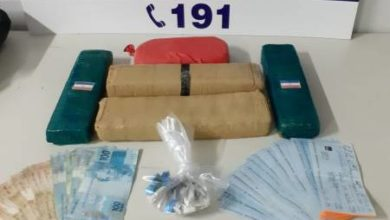 Foto de PRF prende homens com maconha, cocaína e quase R$ 90 mil em cheques a bordo