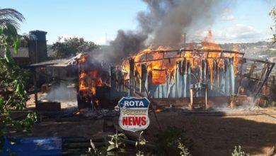 Photo of Casa é destruída por incêndio nesta tarde em Colorado do Oeste