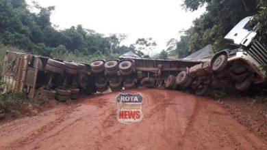 Photo of Carreta carregada de grãos tomba em distrito de Chupinguaia