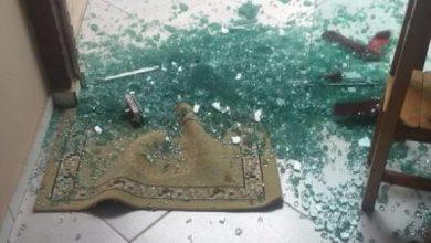 Photo of Ladrões quebram porta de blindex e furtam celular de loja no 5°BEC