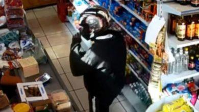 Photo of Câmeras flagram momento em que bandidos roubam mercado e dão coronhada em comerciante