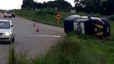 Photo of Viatura da PRF capota na rotatória do Anel Viário de Ji-Paraná