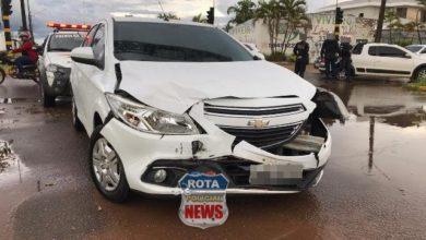 Foto de Acidente entre carro e picape é registrado em semáforo da avenida Presidente Nasser