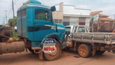 Foto de Caminhão limpa-fossa colide contra camionete após avançar preferencial em Vilhena