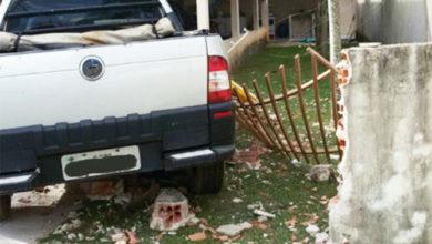 Photo of Homem furta carro de patrão e derruba muro de casa no Cristo Rei