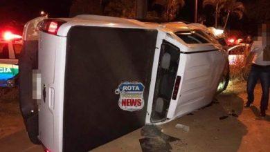 Photo of Mulher com sintomas de embriaguez perde controle da direção e tomba camionete e filho fica ferido
