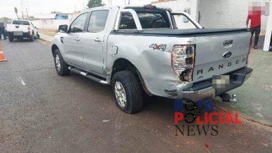 Foto de Motorista de camionete perde controle e atinge outra camionete que estava estacionada