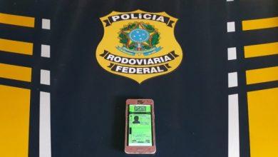Foto de PRF flagra condutor utilizando Carteira Nacional de Habilitação Digital Falsa em Vilhena/RO