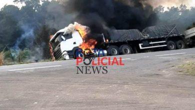Foto de Carreta é destruída por incêndio na BR-364 na área rural de Vilhena/RO